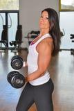Giovane signora atletica che fa allenamento nello studio di forma fisica Immagine Stock