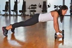 Giovane signora atletica che fa allenamento nello studio di forma fisica Fotografia Stock Libera da Diritti