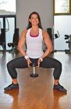 Giovane signora atletica che fa allenamento nello studio di forma fisica Fotografia Stock