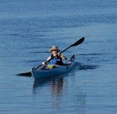 Giovane signora attraente che kayaking Immagini Stock Libere da Diritti