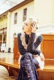 Giovane signora attraente di modo sulla stazione ferroviaria che aspetta, vintag Fotografia Stock