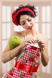 Giovane signora castana stupefacente del pinup con needlwork Fotografia Stock