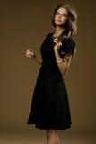 Giovane signora castana in vestito nero Immagini Stock Libere da Diritti