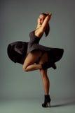 Giovane signora castana in vestito splendido Foto di modo Immagini Stock Libere da Diritti
