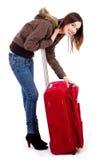 Giovane signora che apre la chiusura lampo del suo sacchetto Immagine Stock Libera da Diritti
