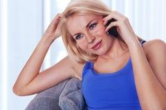 Giovane signora che comunica dal phonee mobile con Fotografie Stock