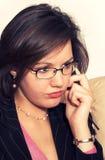 Giovane signora che comunica sul telefono Immagine Stock