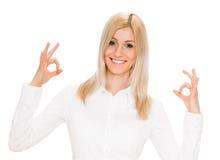 Giovane signora che indica segno giusto Fotografie Stock Libere da Diritti