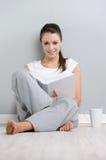 Giovane signora che legge un libro Fotografia Stock