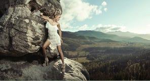 Giovane signora che propone in montagna Fotografie Stock Libere da Diritti