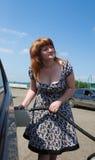 Giovane signora che riempie l'automobile in su fotografia stock