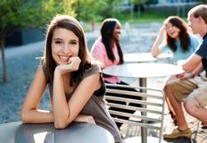 Giovane signora che sorride all'esterno Immagine Stock