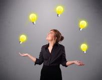 Giovane signora che sta e che manipola con le lampadine Fotografia Stock Libera da Diritti