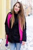 Giovane signora con capelli biondi lunghi e trucco perfetto che esaminano la macchina fotografica e che sorridono, fucilazione al Fotografia Stock Libera da Diritti