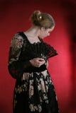 Giovane signora con il ventilatore nero immagini stock