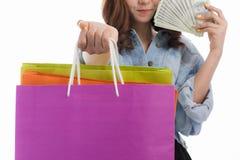 Giovane signora con le borse di acquisto fotografia stock