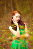Giovane signora con trucco leggiadramente in vestito verde Fotografie Stock Libere da Diritti