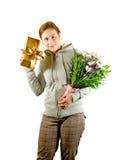 Giovane signora con un regalo Fotografie Stock Libere da Diritti