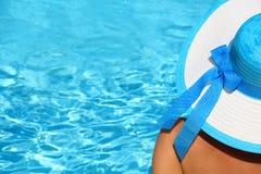 Giovane signora dal poolside Immagine Stock