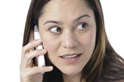 Giovane signora del telefono che osserva via Immagini Stock