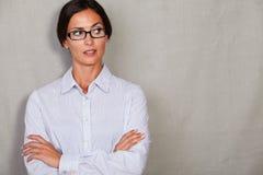 Giovane signora deludente che distoglie lo sguardo arrabbiata Fotografie Stock Libere da Diritti