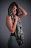 Giovane signora di bellezza con la sciarpa Fotografie Stock Libere da Diritti