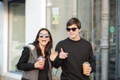 Giovane signora felice che cammina all'aperto con suo fratello Fotografia Stock Libera da Diritti