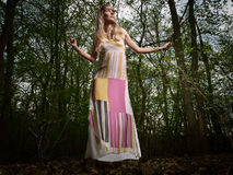 Giovane signora in foresta Fotografie Stock