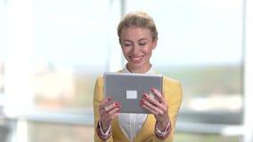 Giovane signora graziosa di affari che parla via Internet archivi video