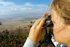 Giovane signora osservando natura con il binocolo Fotografia Stock