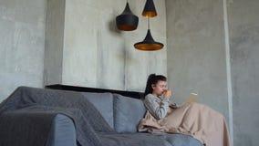 Giovane signora povera che pulisce naso corrente mentre leggendo stock footage