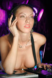 Giovane signora premurosa bionda sexy DJ al randello di notte Fotografia Stock