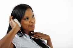 Giovane signora relaxed felice che ascolta la musica Fotografia Stock