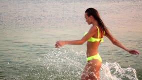 Giovane signora sexy in costume da bagno al tramonto archivi video