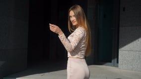 Giovane signora sexy in un vestito alla moda che posa sulla macchina fotografica stock footage