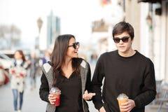 Giovane signora sorridente che cammina all'aperto con suo fratello Immagine Stock Libera da Diritti