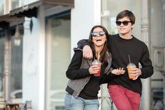 Giovane signora sorridente che cammina all'aperto con suo fratello Immagini Stock Libere da Diritti