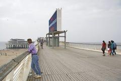 Giovane signora sul pilastro a Scheveningen Immagine Stock