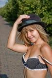 Giovane signora in un cappello nero Fotografia Stock Libera da Diritti