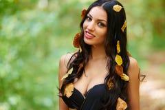 Giovane signora in vestito nero all'aperto Fotografie Stock