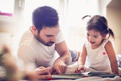 Giovane singolo padre che guida la sua favola della bambina fotografie stock
