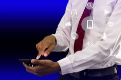 Giovane smartphone della tenuta dell'uomo d'affari immagini stock libere da diritti