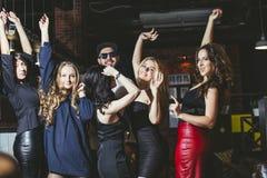 Giovane società allegra degli amici al dancing della barra del club che ha Fotografia Stock Libera da Diritti