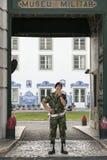 Giovane soldato in uniforme del cammuffamento che custodice l'entrata al museo militare, Lisbona fotografia stock