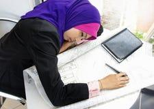 Giovane sonno faticoso della donna dell'architetto Immagine Stock