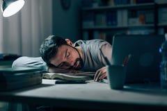 Giovane sonnolento allo scrittorio Fotografia Stock
