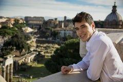 Giovane sorridente che esamina la vista all'aperto a Roma, Italia Fotografie Stock
