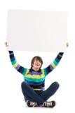 Giovane sorridente che mostra cartello in bianco Fotografia Stock