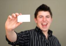 Giovane sorridente con il biglietto da visita immagine stock libera da diritti