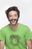 Giovane sorridente con la barba e baffi che esaminano macchina fotografica, colpo dello studio Fotografie Stock Libere da Diritti